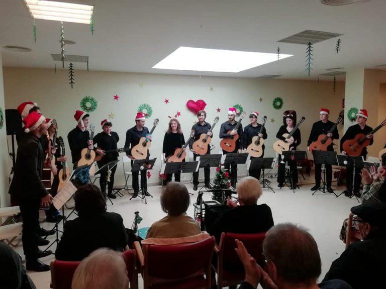Concierto de Navidad (Diciembre, 2018) de la Joven Orquesta de Guitarras de Juventudes Musicales de Sevilla en el Centro de Mayores Fundomar, en los Bermejales.
