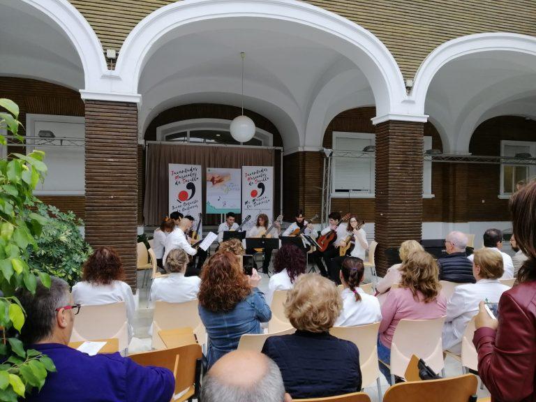 """Actuación de la Joven Orquesta de Guitarras de JMSevilla, que sirvió para cerrar el acto de presentación del proyecto """"Mi Música, tu Sonrisa""""."""